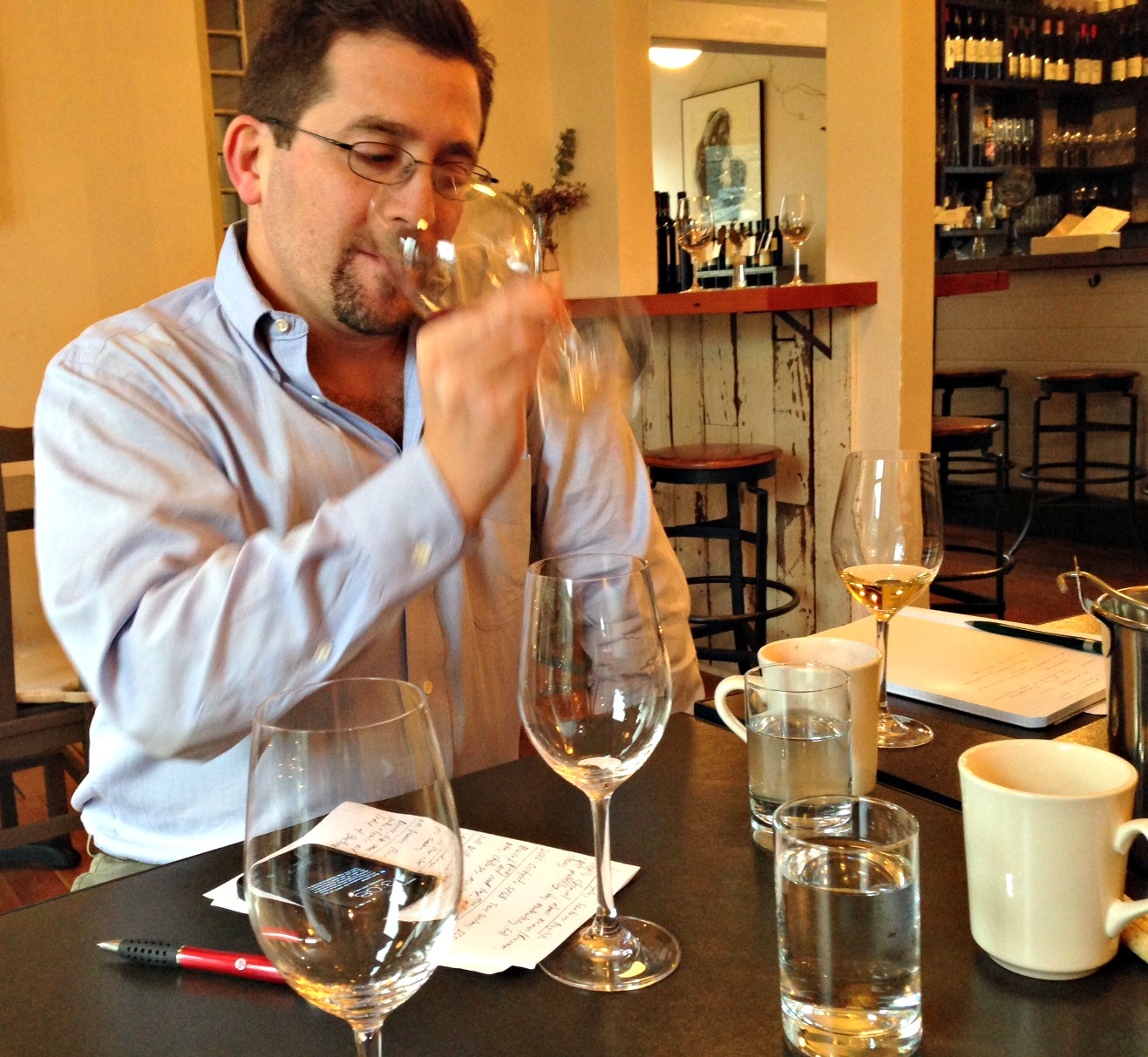 Eric Levine considers the Cru Beaujolais. (Photo: Mónica Guzmán)