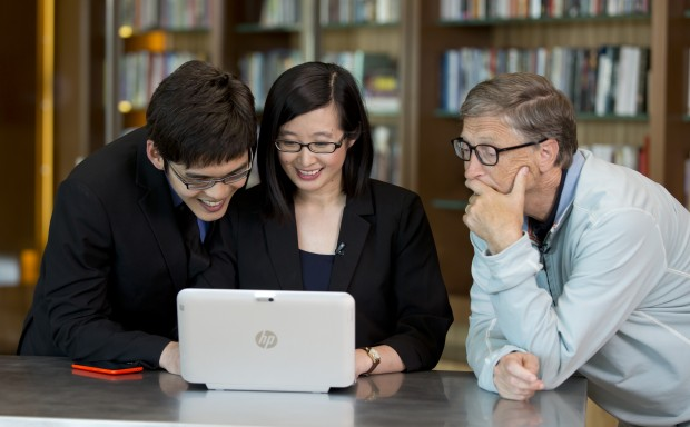 Imagine Cup 2014 winners Jarrel Seah and Jennifer Tang show Bill Gates the technology behind their winning app, Eyenaemia. (Image: Microsoft)