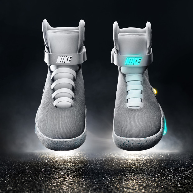 expedido Verter Desgracia  Nike officially unveils self-lacing 'Mag' shoes, gives first pair to  Michael J. Fox - GeekWire