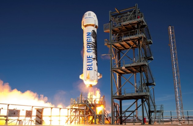 Blue Origin's New Shepard prototype spaceship blasts off from its Texas launch pad. (Credit: Blue Origin)