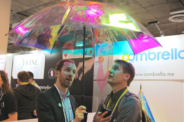 GeekWire co-founder John Cook, right, gets a look at the Oombrella