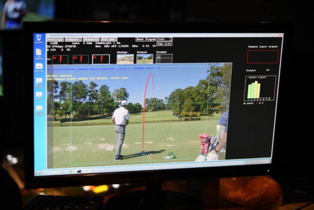 Les employés de PGA Tour analysent les données Protracer à l'intérieur du camion de diffusion graphique.