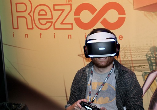 GeekWire reporter Nat Levy tries out some VR gaming at the 2016 PAX. (GeekWire Photo)