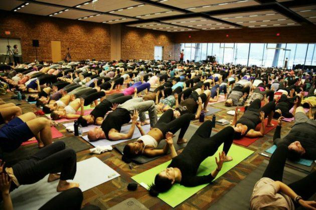 A Lululemon yoga event in Vancouver, B.C. (Photo via Facebook.com/Lululemon).