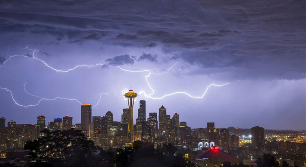 The Coolest Photo Ever Of Seattle S Skyline Is Going Viral Geekwire