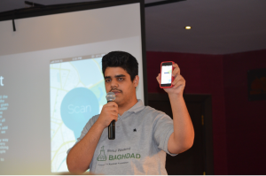 Mustafa Ahmed Abduljabber showcasing the app his team built.