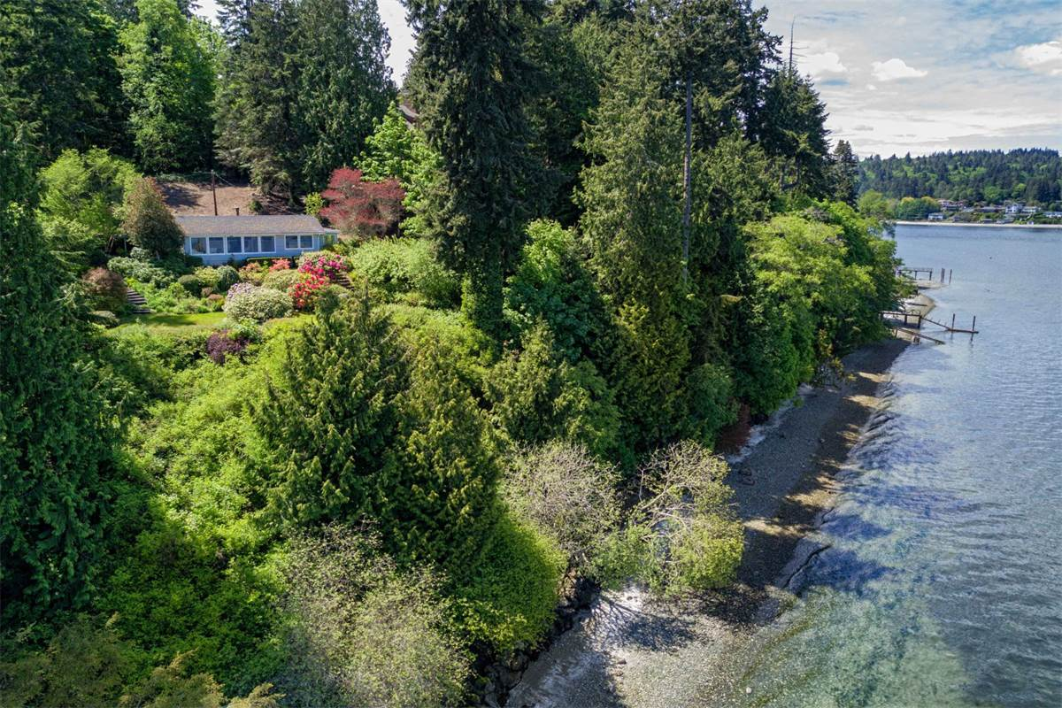 Bainbridge Waterfront – 386 feet of private bulkheaded beach – Geek Home of the Week