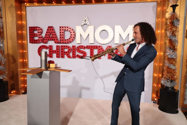 Kenny G Christmas.Amazon S Alexa Joins Kenny G And Santa On Red Carpet To