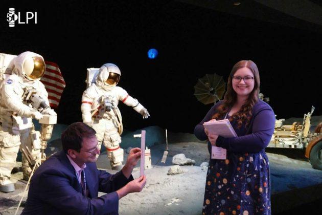 Винс Рокс и Мелисса Рот из компании Planet Research выступают на выставке Apollo во время конференции по лунной и планетарной науке в Техасе. (Фото LPI через Facebook)