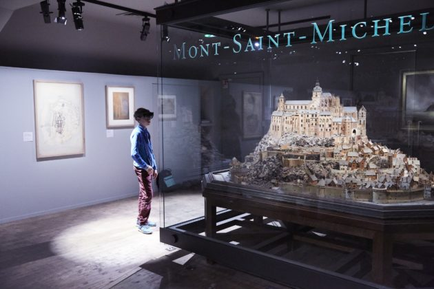 Microsoft HoloLens brings 300-year-old 3D model to life and