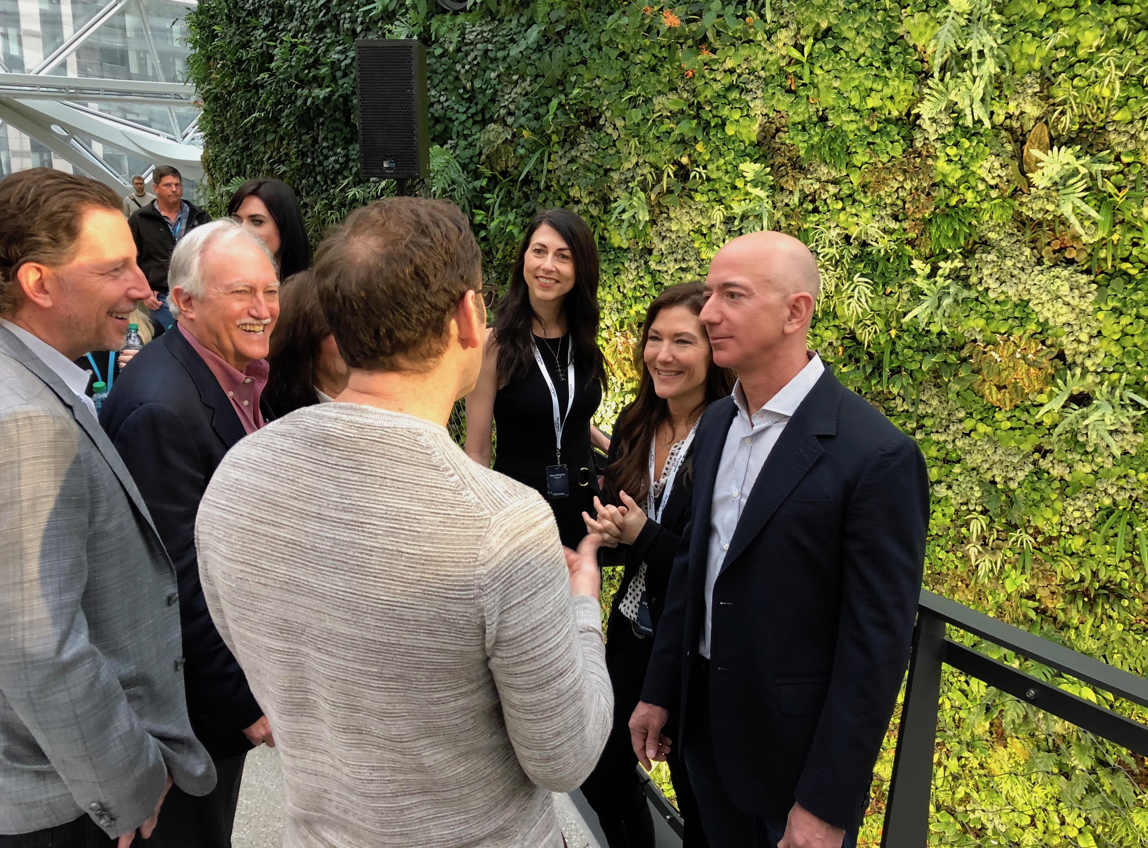 Chia cho vợ cũ 25% cổ phần của Amazon, Jeff Bezos vẫn giàu nhất thế giới