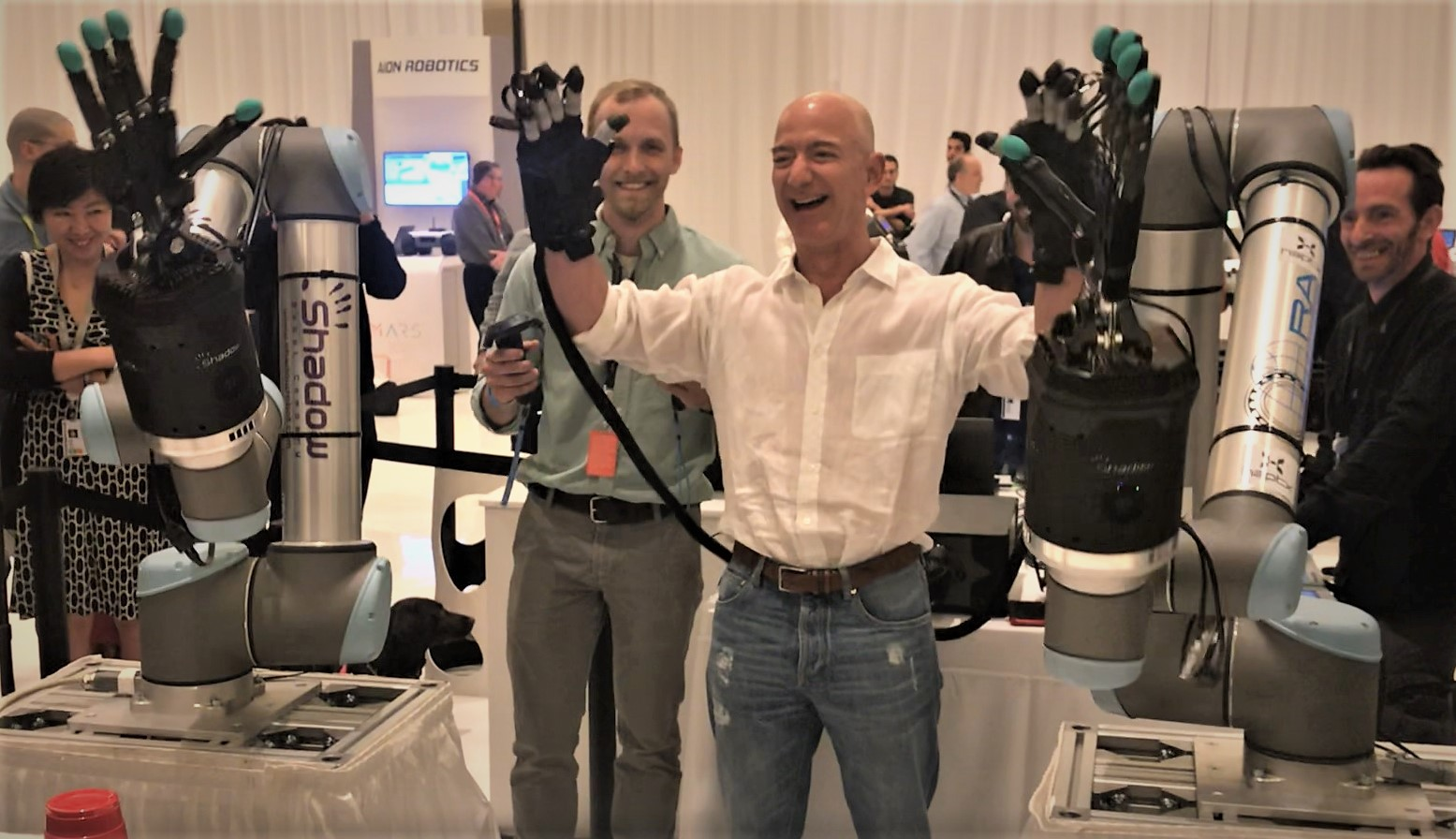 نتيجة بحث الصور عن ‪.@JeffBezos tries his hand at operating @HaptX @shadowrobot hand at #reMARS exhibit - and reacts with his famous laugh:‬‏