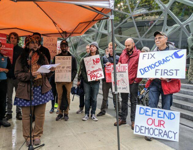 Responsables et des militants de Seattle manifestent au siège d'Amazon pour un «effort de 1,45 million de dollars» pour «acheter notre conseil municipal» – Newstrotteur sawant amazon 630x490
