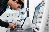 尼古拉斯·维拉在实验室