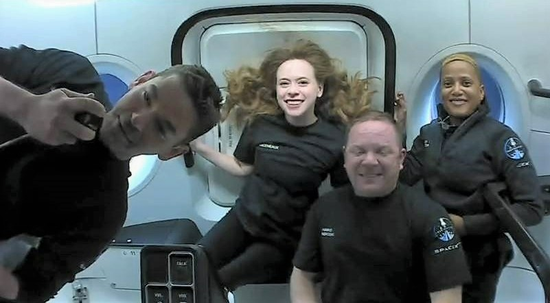 Inspiration4's 'all-civilian' spacefliers share orbital activities — including a ukulele solo
