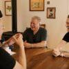 威廉·夏特纳和未来的船员们围坐在宇航员村的桌子旁